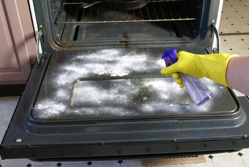 Cleaning the oven with vinegar and baking soda